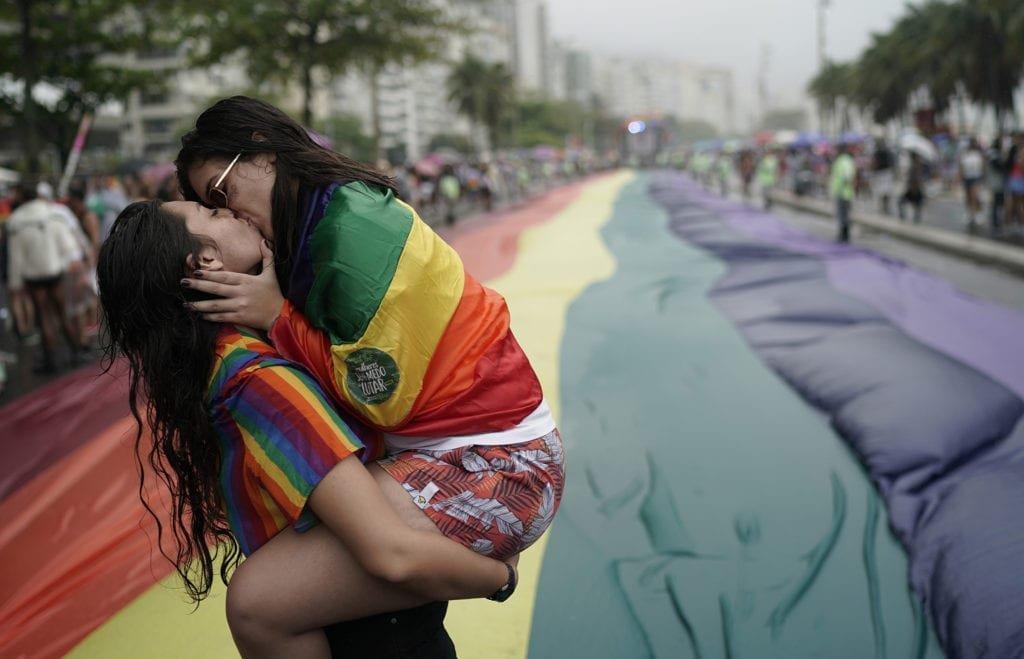 Dos chicas besándose en el Orgullo