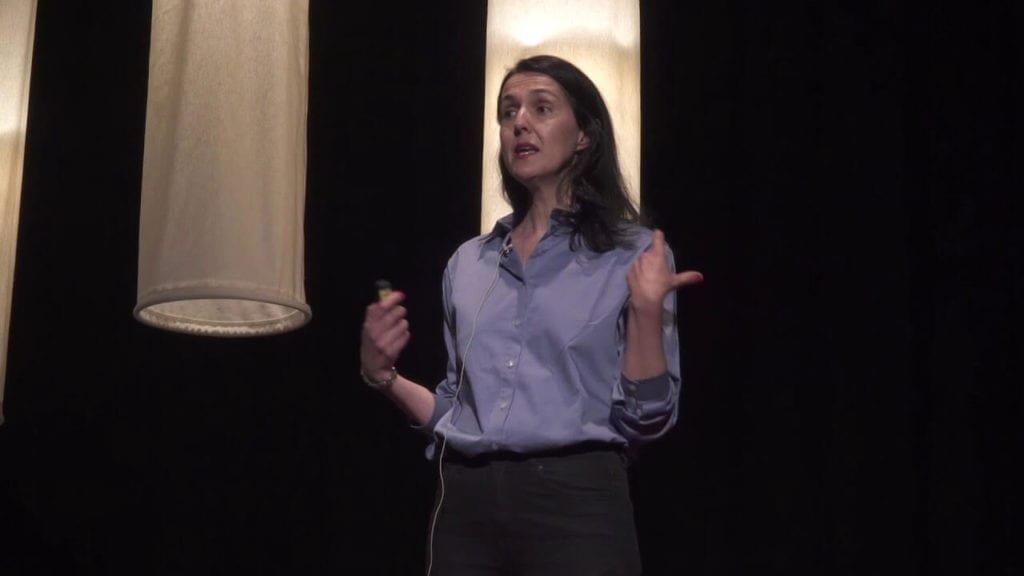 La periodista Brenda Chávez en una charla sobre consumo responsable