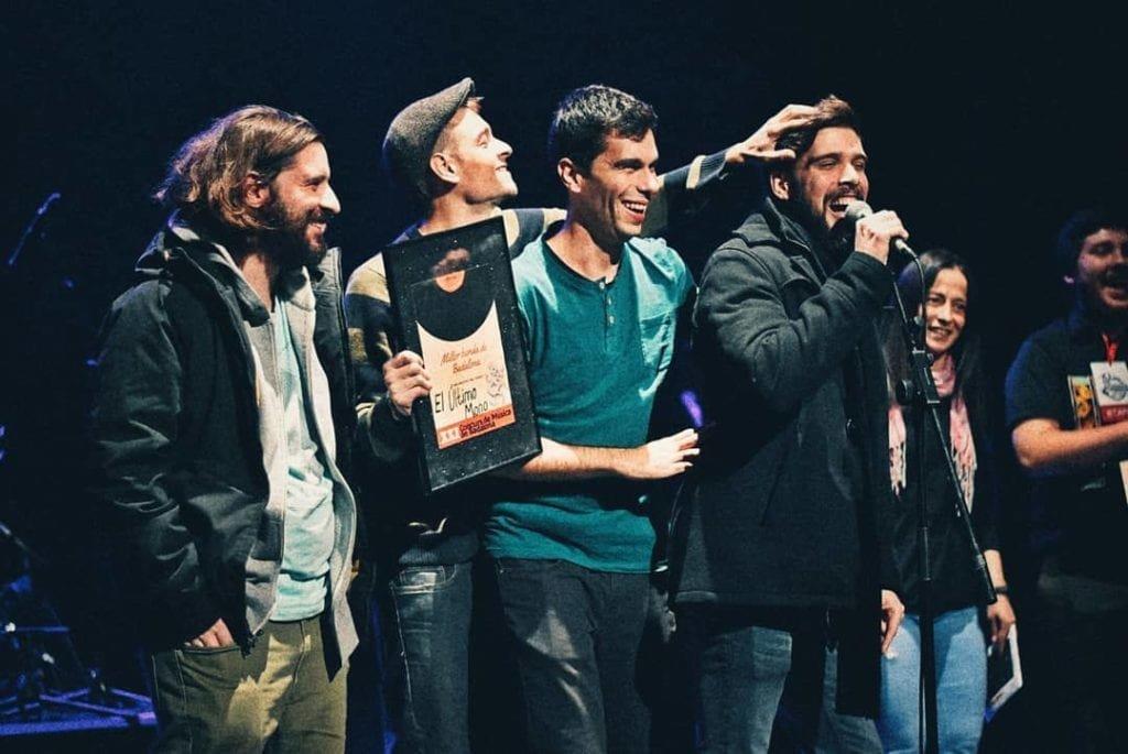 El grupo El Último Mono recibiendo un premio en Badalona