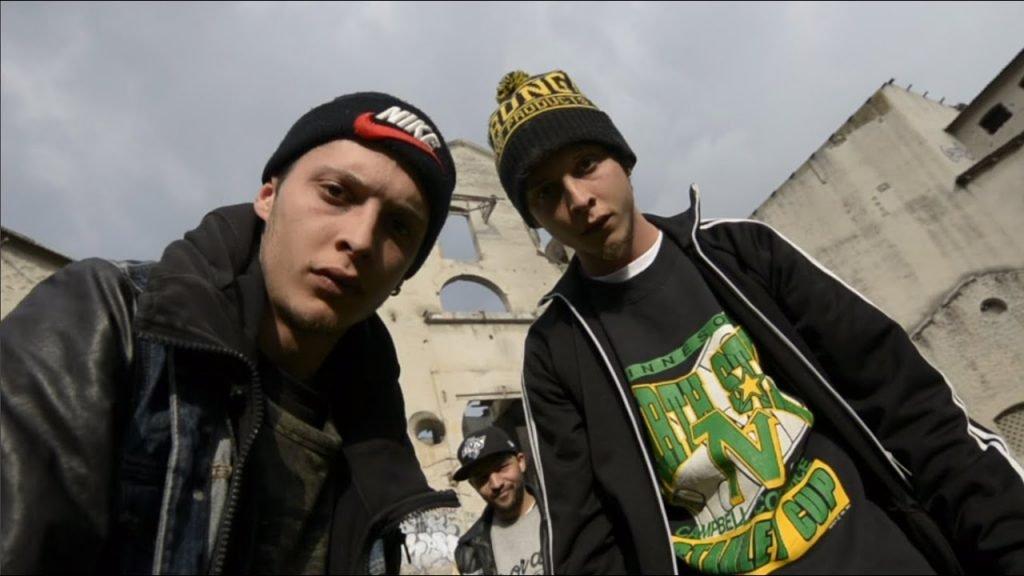 Los raperos Ayax y Prok en uno de sus videoclips
