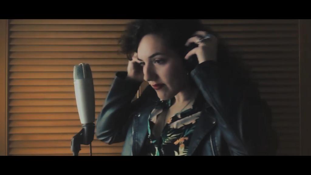 Fotograma de Lara Morello en el videoclip de 'Héroes'